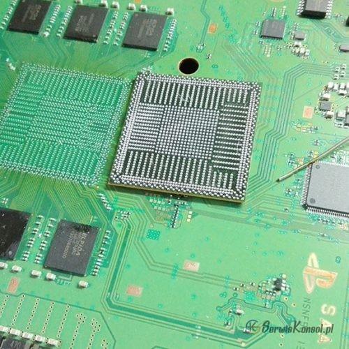 Zakulkowany układ przygotowany do wlutowania., kolejnym etapem jest wyczyszczenie płyty głownej i zabezpieczenie kaptonem.