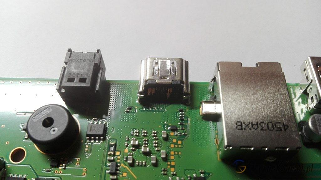 Przykład wepchniętego gniazda HDMI do konsoli