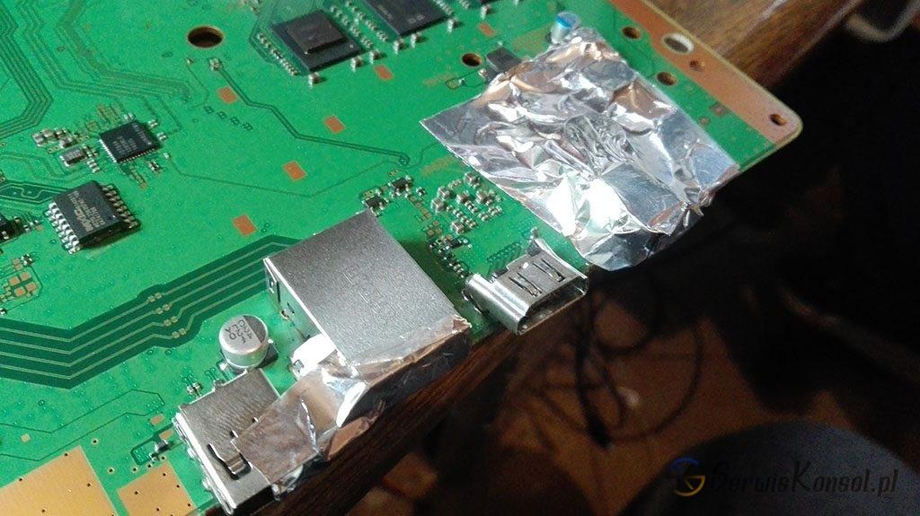 Wyrwane gniazdo HDMI z innego ujęcia