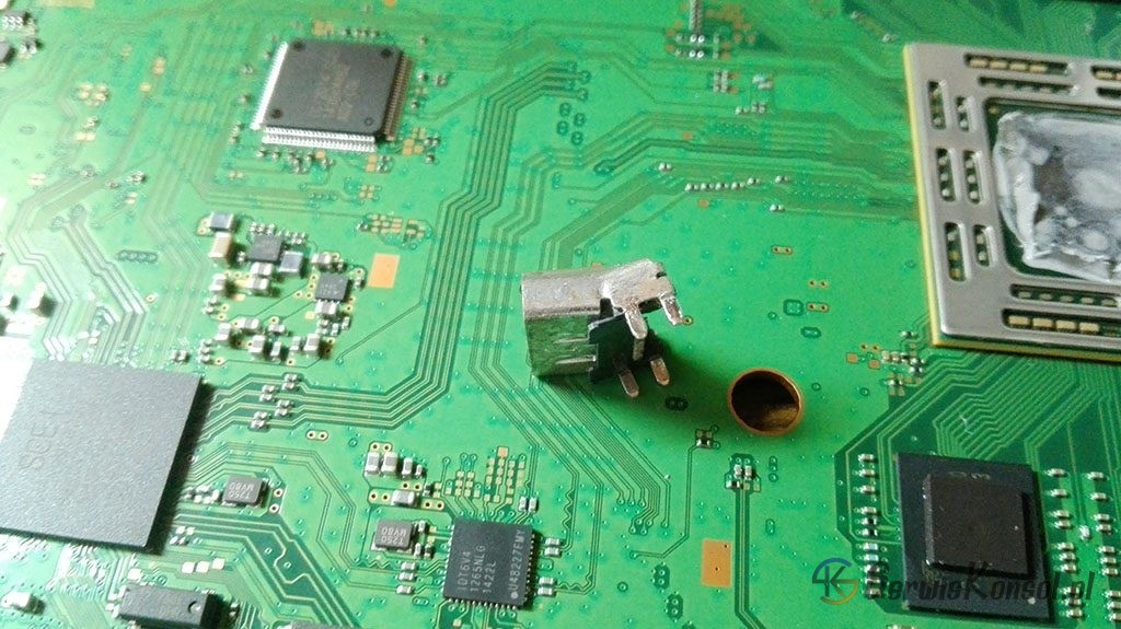 Uszkodzone gniazdo HDMI po wylutowaniu