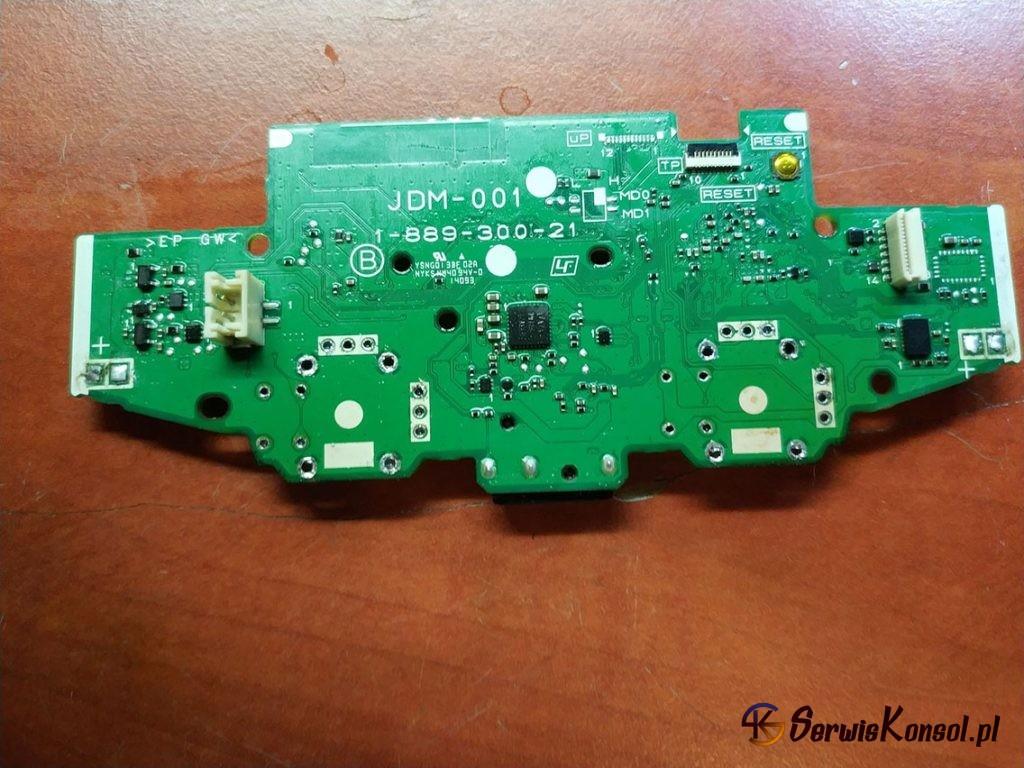 Płyta główna kontrolera ze zdemontowanymi analogami