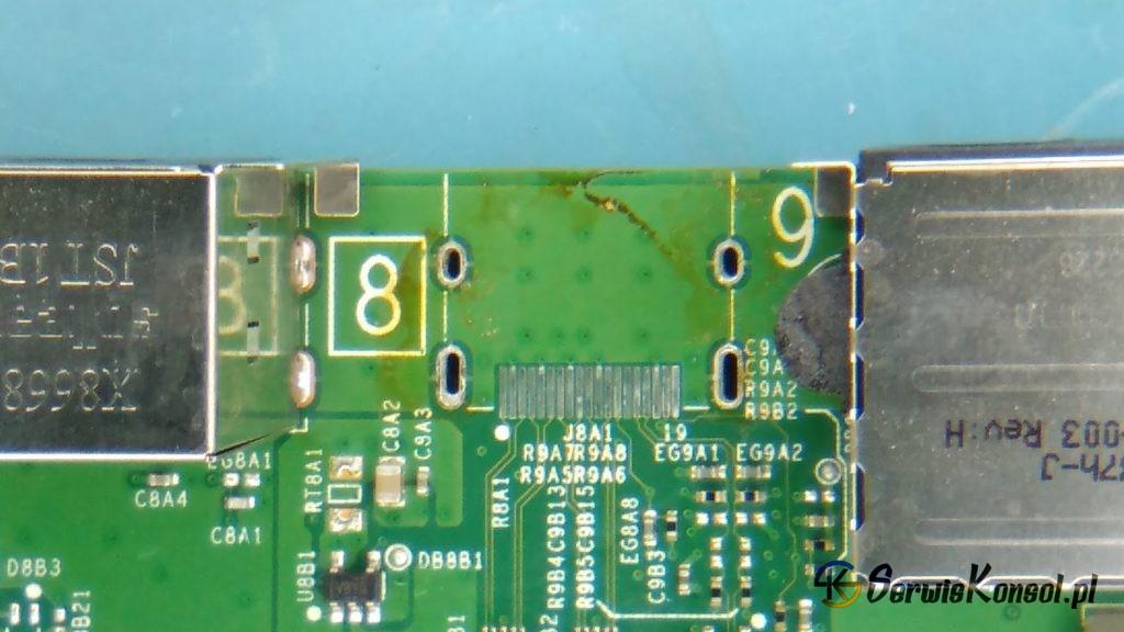 Zdemontowane uszkodzone gniazdo HDMI z konsoli Xbox One