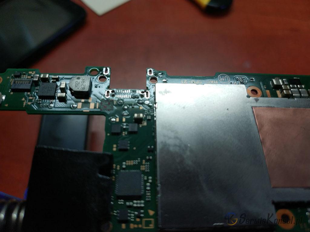 Demontaż starego gniazda USB C i oczyszczenie pól masowych